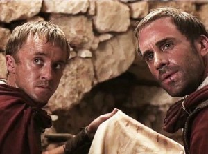 Tom Felton y Joseph Fiennes en RESUCITADO