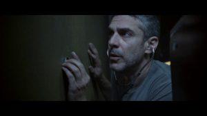 Joaquín (Leonardo Sbaraglia) escucha las voces que suenan a través del túnel