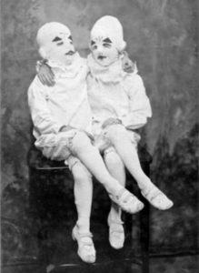 Los gemelos de una de las fotografías del libro