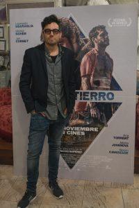 Nacho Ruipérez junto al cartel de EL DESENTIERRO