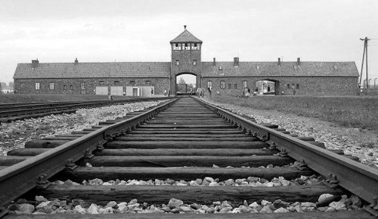 Auschwitz. No hace mucho. No muy lejos.