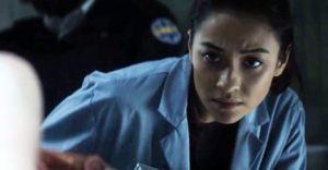 Megan (Shay Mitchell) no sabe lo que le espera con el CADÁVER de Hanna Grace
