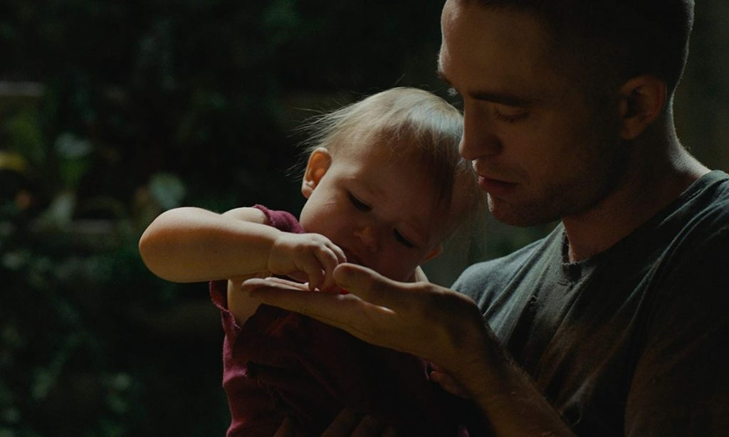 Monte (Robert Pattinson) y su pequeña hija Willow, en High Life