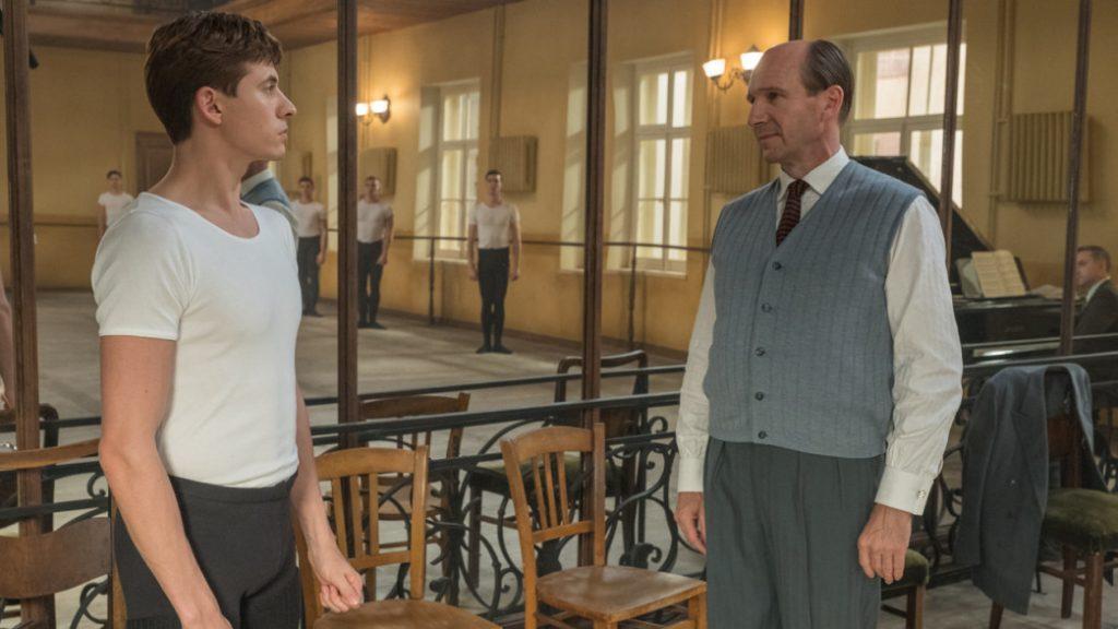 Oleg Ivenko y Ralph Fiennes en El balarín