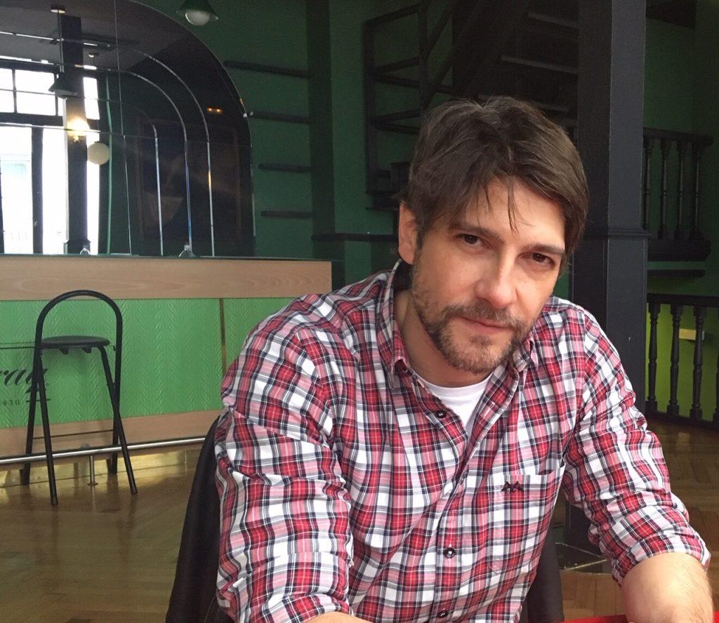 Félix Gómez en el escenario de esta entrevista