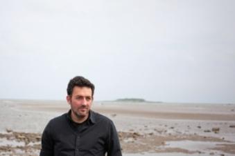 Mikel Santiago autor de La isla de las voces