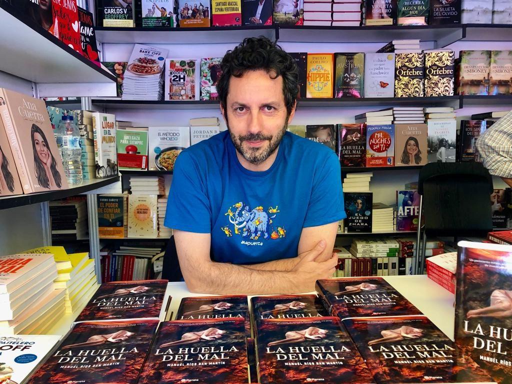 Manuel Ríos en la Feria del Libro de Madrid presentando la huella del Mal.