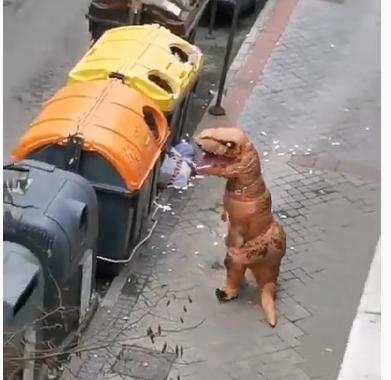 Dinosaurio tirando la basura