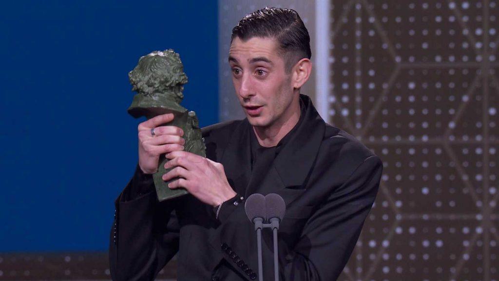Enric Auquer agradeciendo su Goya por QUIEN A HIERRO MATA Premios Goya
