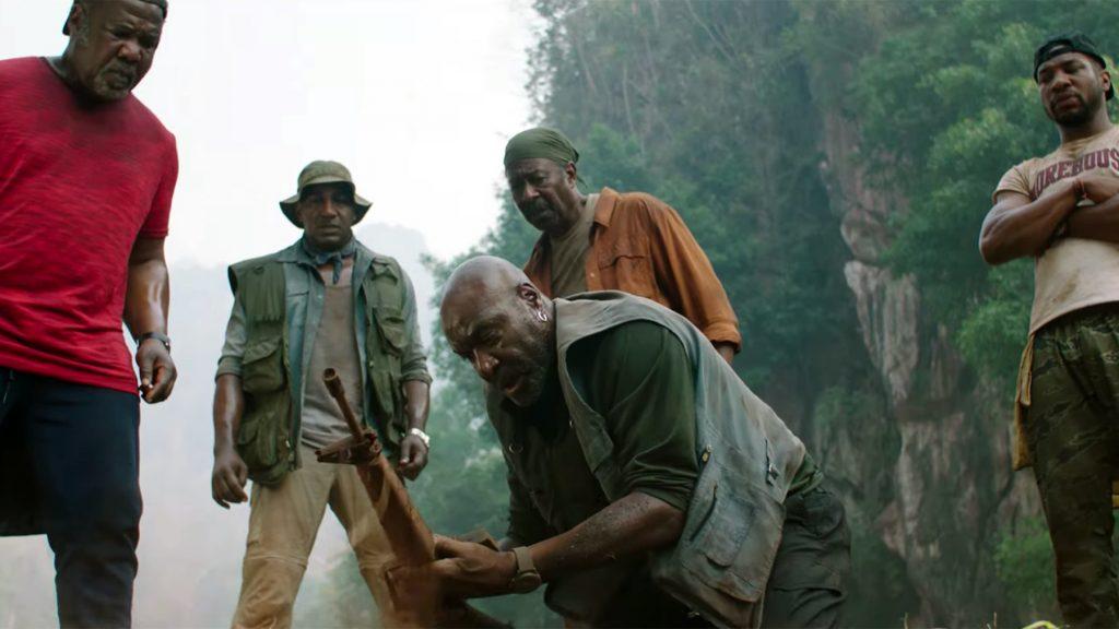 Paul (Delroy Lindo) hace un descubrimiento importante para el grupo  Da 5 Bloods: Hermanos de armas