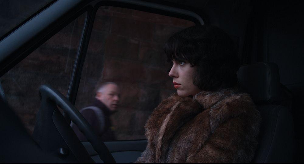 Scarlett Johansson como La Mujer, en su camión, en UNDER THE SKIN