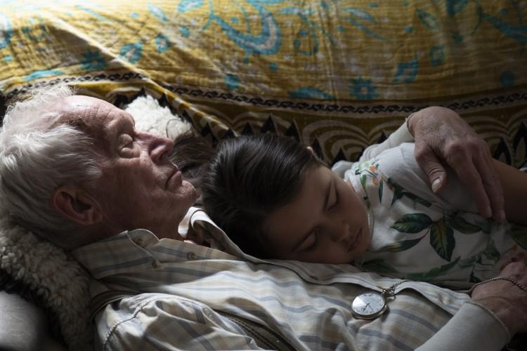Lance Henriksen y su nieta en Falling