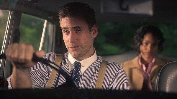 Peter (Oliver Jackson-Cohen) llevando a Bly Manor a Miss Jessel (Tahirah Sharif),  la niñera anterior a Dani. La maldición de Bly Manor