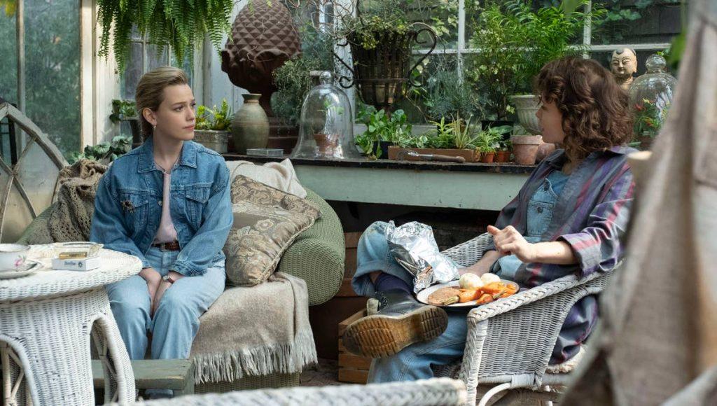 Dani hablando con Jamie (Amelia Eve), la jardinera de Bly Manor