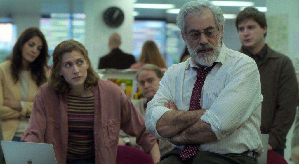 Los favoritos de Midas - La redacción del periódico, con Marta Belmonte mirando suspicaz Carlos Blanco