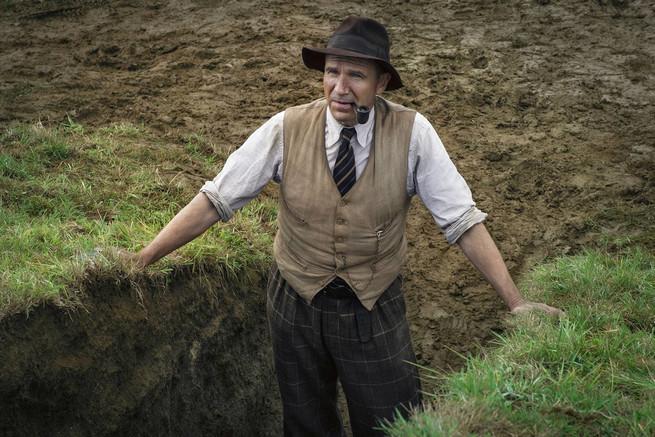 La excavación . Ralph Fiennes es el arqueólogo Basil Brown en la película