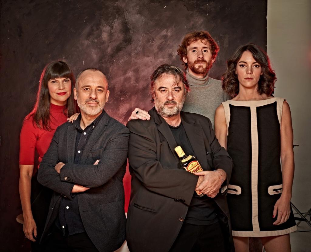 Director y elenco de la obra de teatro Principiantes
