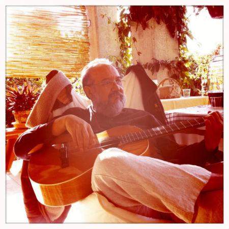 José Caballero practicando la guitarra