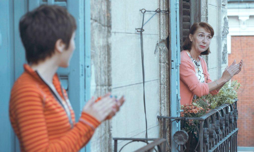 Celeste (Zoe Stein) y su abuela, en los aplausos de las 20:00, en Besos al aire