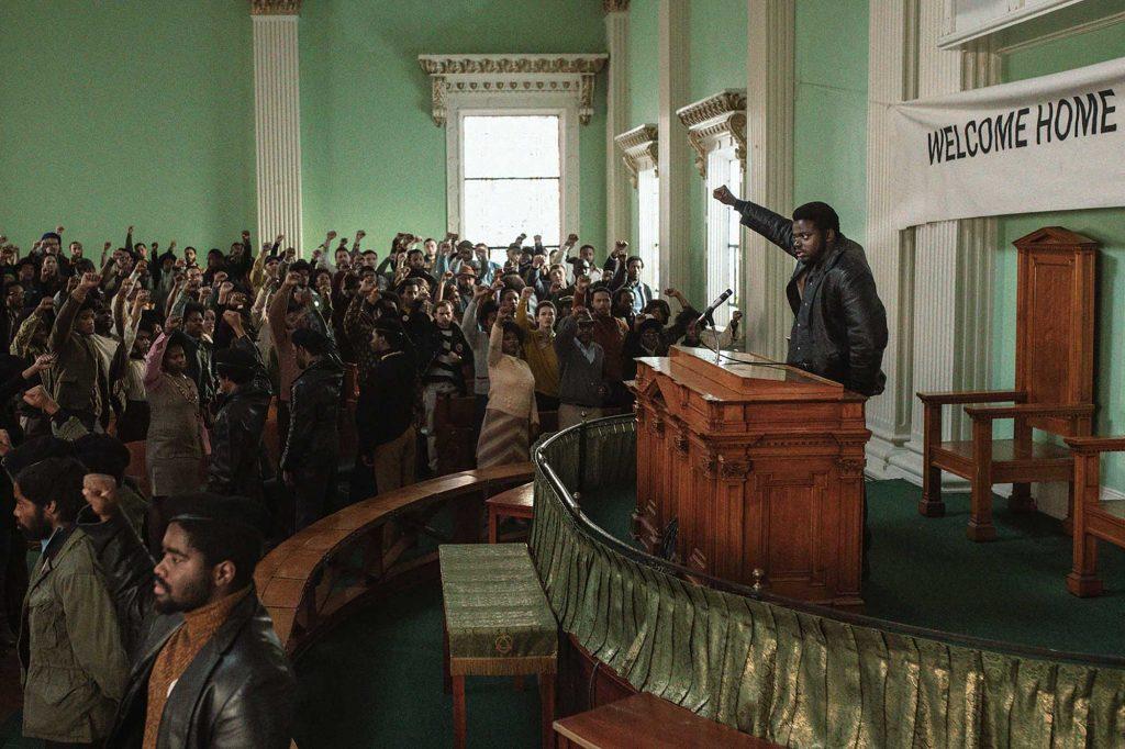 Fred Hampton (Daniel Kaluuya) tiene cada vez más convencidos a sus seguidores. Judas y el Mesías negro