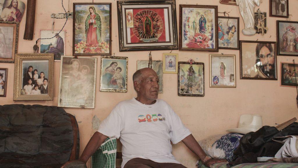Miguel Orona en su habitación. A morir en los desiertos