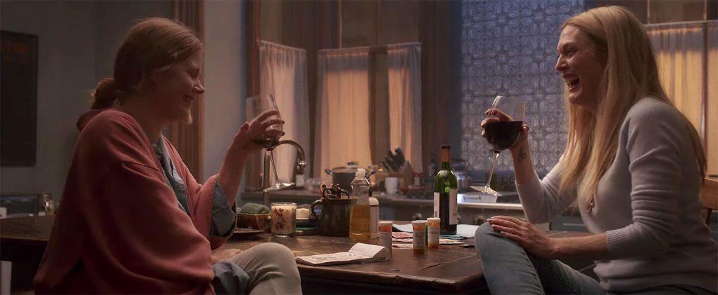 Amy Adams y Julianne Moore en un momento de la película La mujer en la ventana