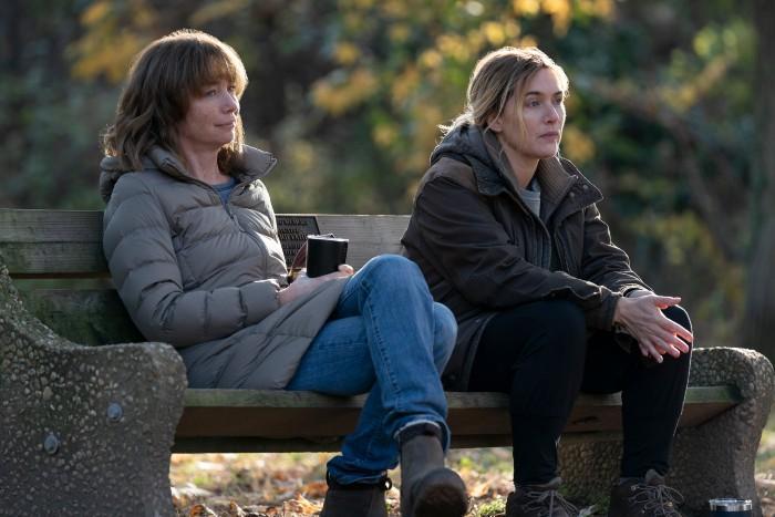 Lori (Julianne Nicholson) y Mare, en Mare of Easttown