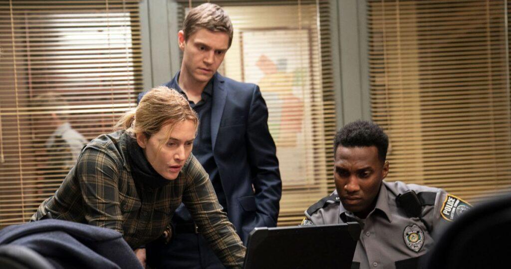 Mare (Kate Winslet) trabajando en el caso junto a su equipo, en Mare of Easttown