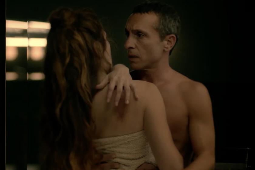 Dos. David (Pablo Derqui) y Sara ((Marina Gatell)  han de moverse unidos por la habitación en la que están.
