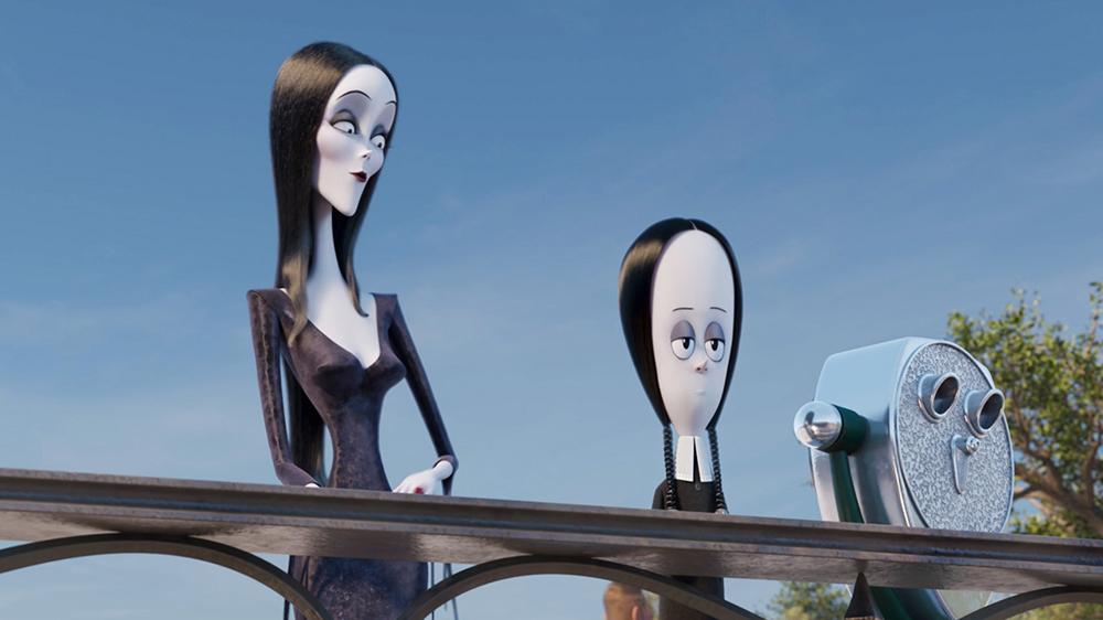 La Familia Addams 2. Morticia Addams (Voz de Charlize Theron) y Miércoles (Voz de Chloë Grace Moretz)